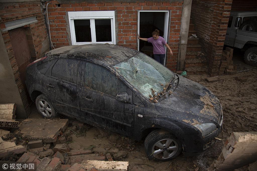 西班牙洪水退去 淤泥堆积一片狼藉