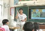 """""""走教""""老师每天开摩托车走十多里教英语"""