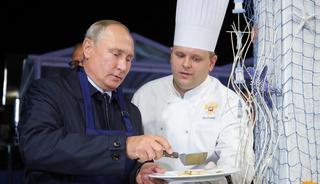 普京变身大厨制作俄罗斯煎饼