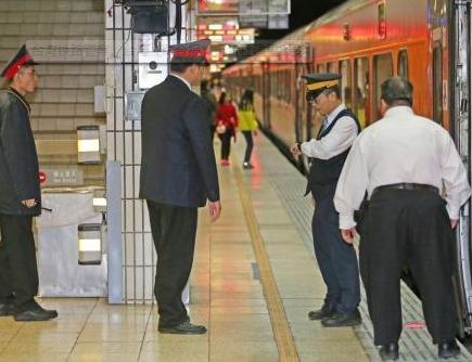 """台湾铁路警察坐""""霸王车"""" 威胁让列车长做笔录"""