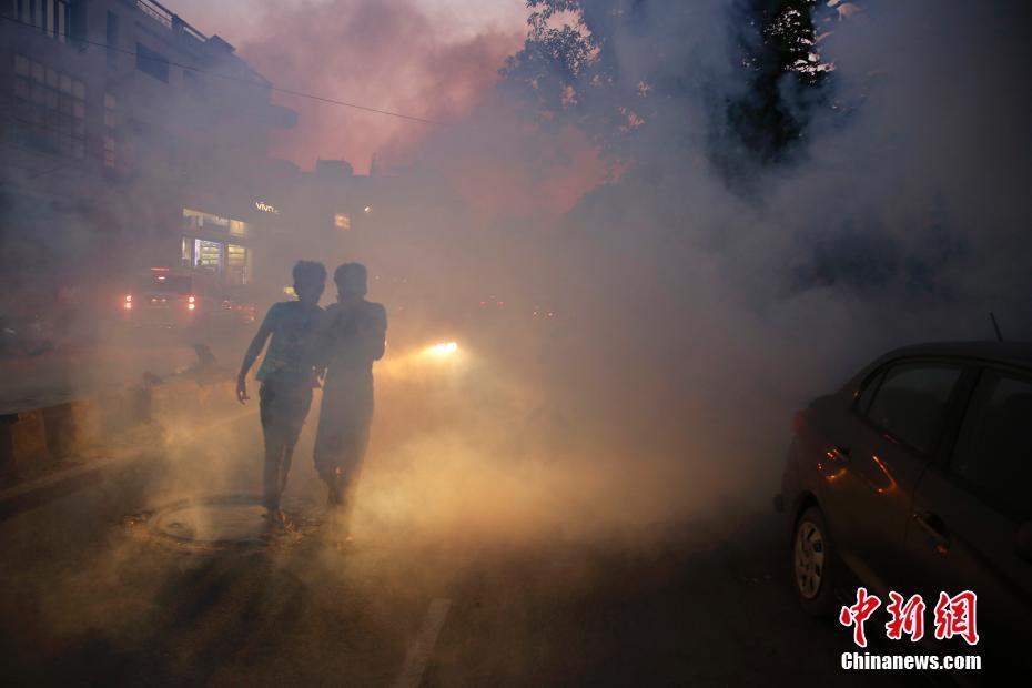 印度喷洒杀虫剂预防蚊媒病 街头烟雾弥漫