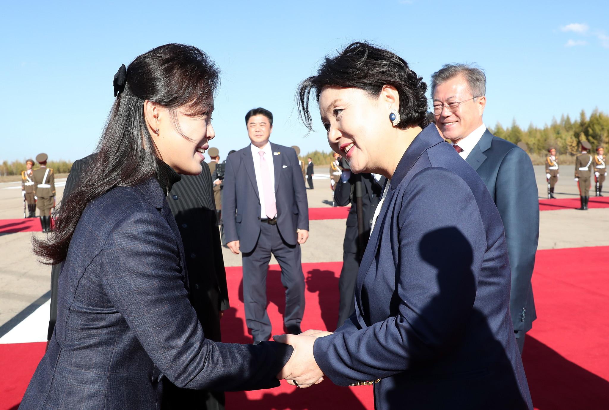 文在寅离开朝鲜画面曝光 金正恩夫妇机场送行
