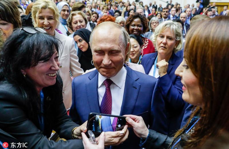 """俄总统普京现身欧亚妇女论坛 被""""迷妹""""簇拥求合影"""