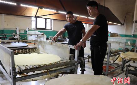 """直播摊煎饼 山东""""煎饼村""""每天卖2万多斤"""