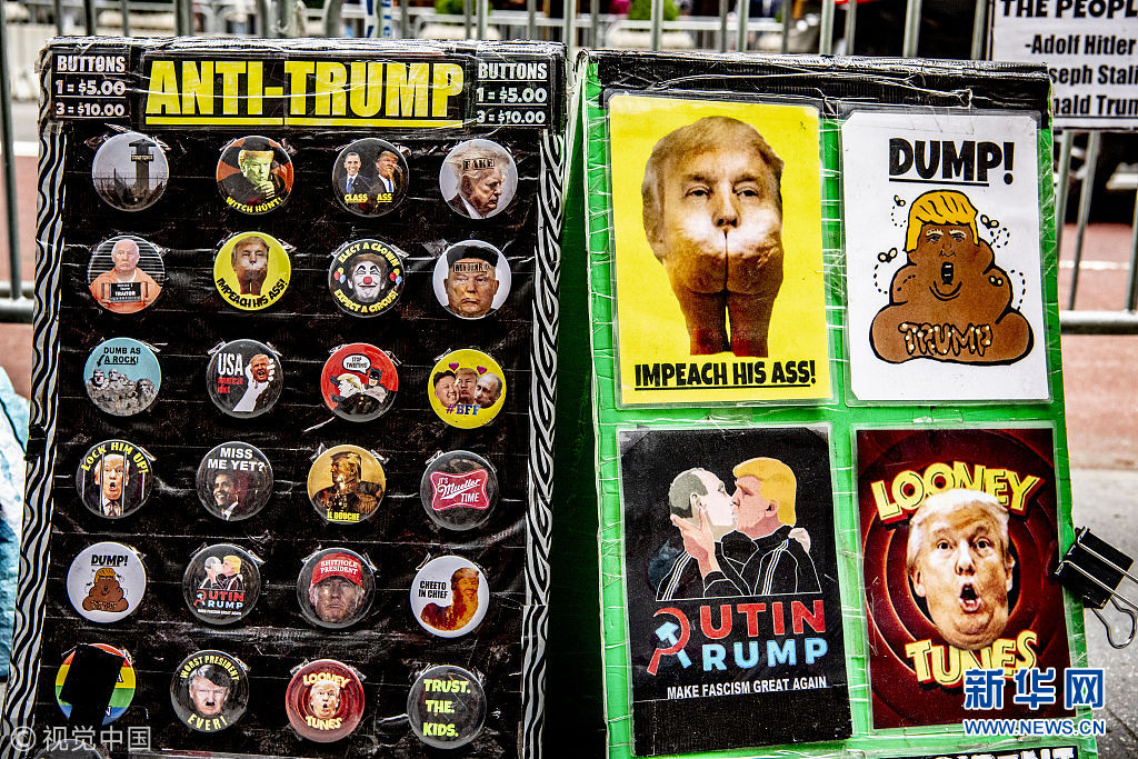 """反特朗普活动!纽约民众街卖""""特朗普小丑""""徽章"""