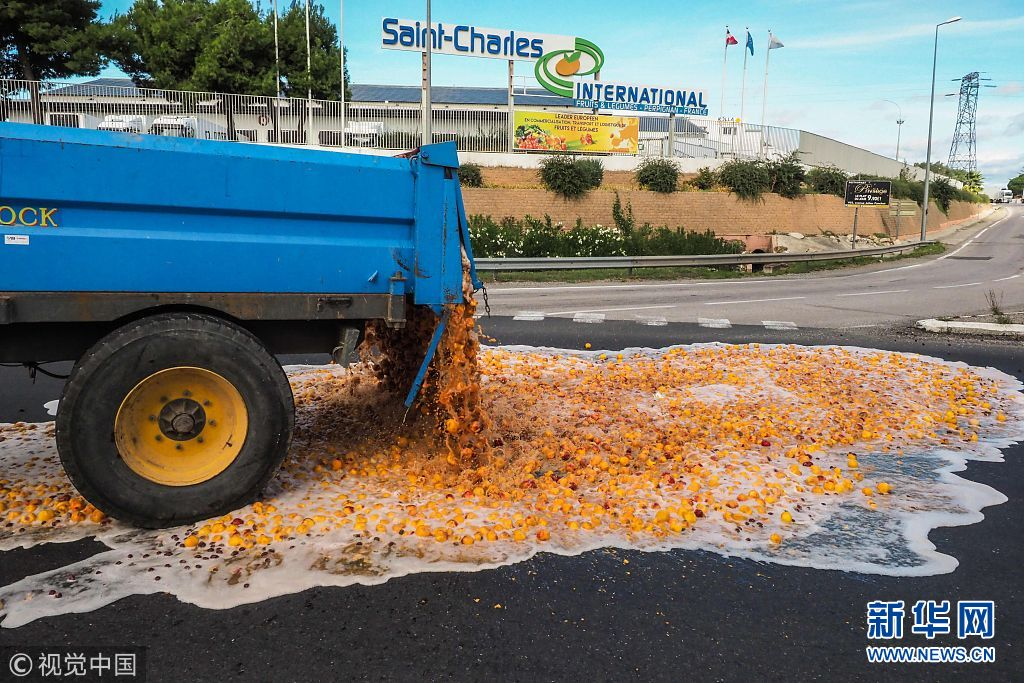 法国农民嫌税太高 开卡车倾倒水果