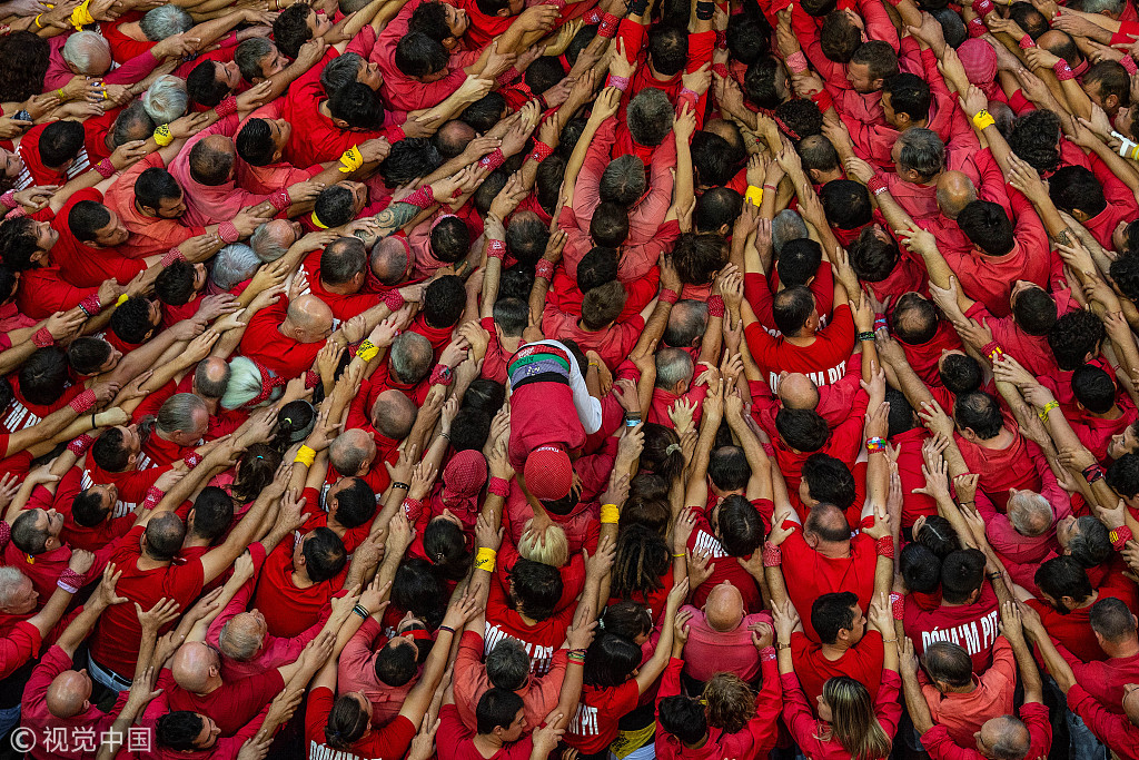 """西班牙举行搭人塔比赛 花式""""叠罗汉""""蔚为壮观"""