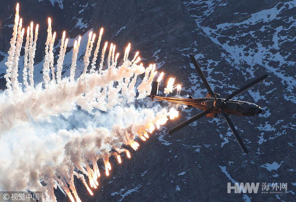 瑞士空军实弹演习 民众簇拥山头观看