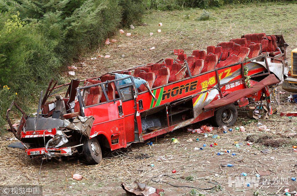 肯尼亚巴士因车祸顶棚被掀 51名乘客身亡
