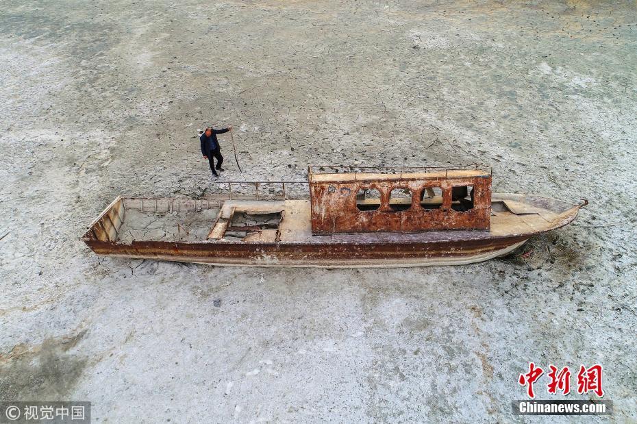 """土耳其最大湖泊旱季水位猛降 沉船""""重见天日"""""""