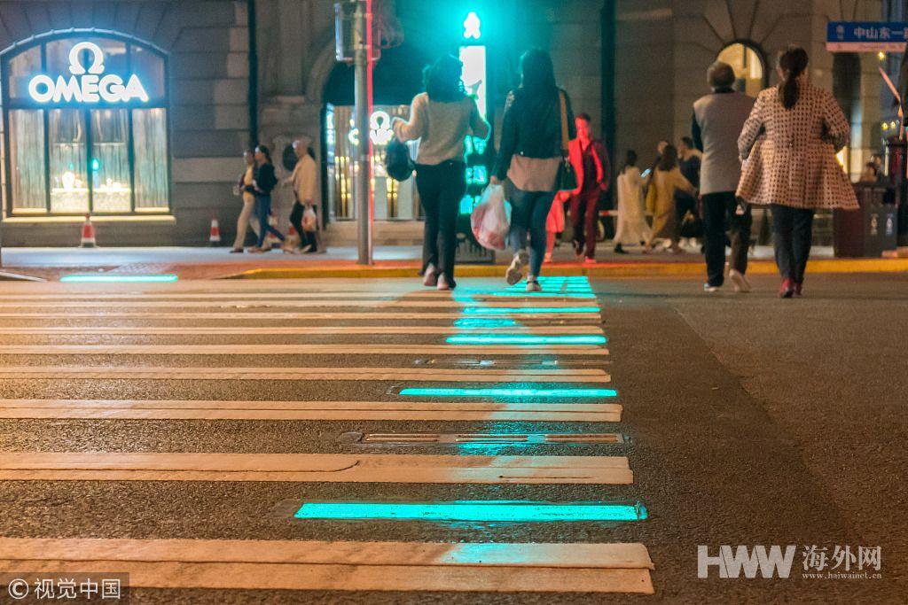 上海发光斑马线投入使用 地砖与信号灯同步变色