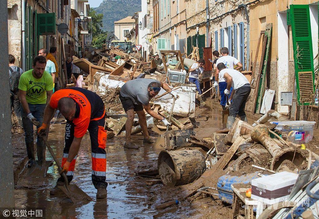 西班牙洪灾死亡人数升至12人 现场一片泥泞