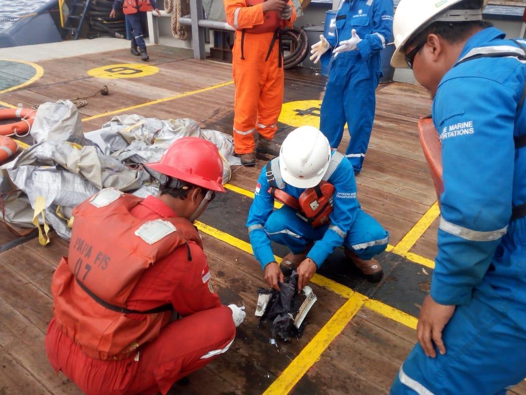 印尼坠毁客机搜救进行中 现场发现乘客个人物品(组图)