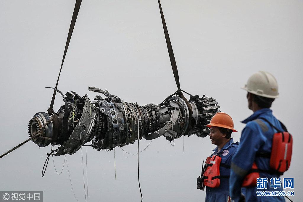 印尼狮航坠毁客机搜救进展:搜救队打捞起失事客机多个部件