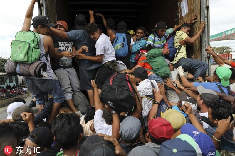 """中美洲移民在墨西哥""""搭便车""""赶赴美国 人数太多挤爆车子【组图】"""