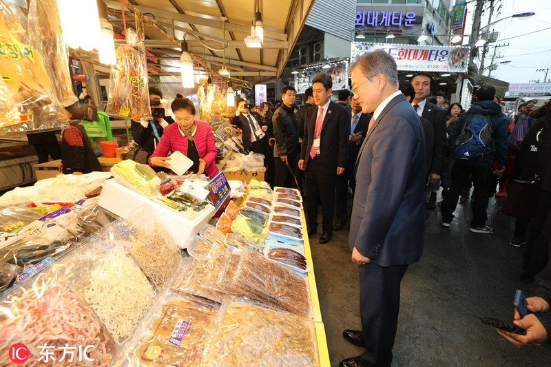 韩国总统文在寅走访菜市场 与民众热情互动