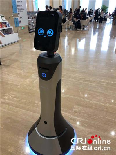 图片默认标题_fororder_首届中国国际进口博览会上的向导机器人豹小秘 摄影:盛玉红_副本