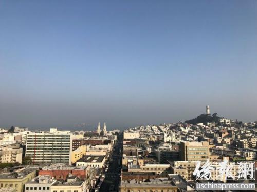 旧金山湾上空灰蒙蒙一片,原本十分清楚的魔鬼岛只能勉强可见。(美国《侨报》记者吴卓明摄)
