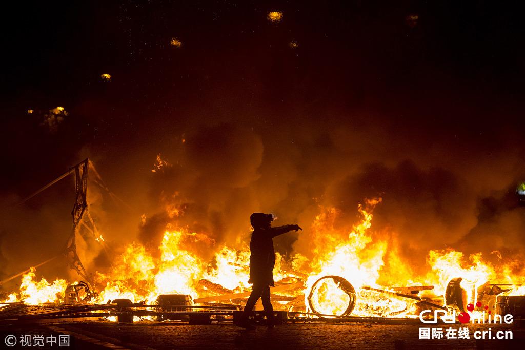 """法国巴黎爆发大规模示威 香街成""""战场"""""""