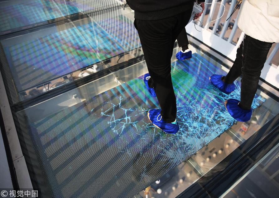 这座玻璃吊桥踩上去有破裂特效声,你敢来吗?