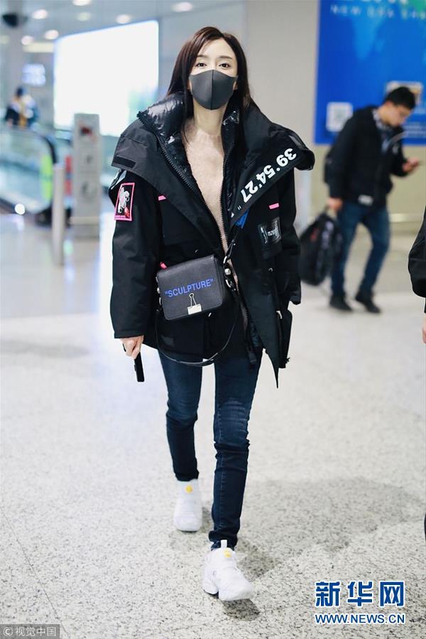 秦岚潮味棉服亮相机场 口罩遮面露甜笑