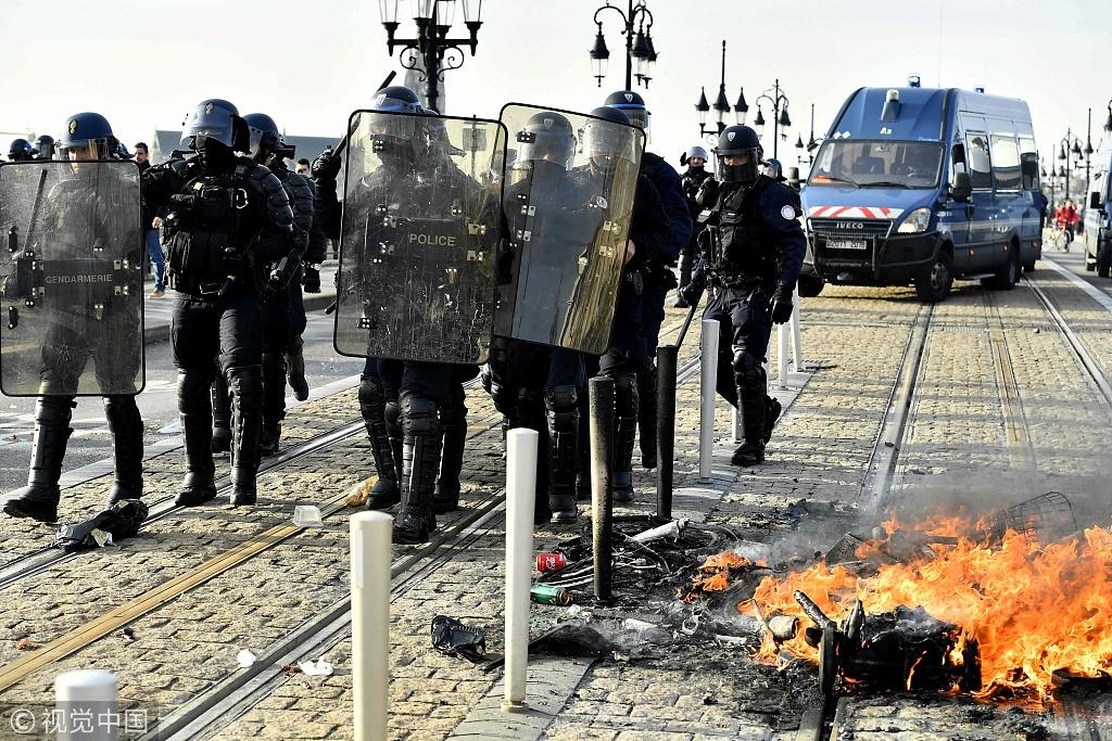 法国高中生点燃路障抗议政府教育改革