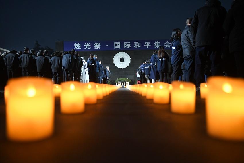 南京举行烛光祭和平集会 悼念大屠杀死难者