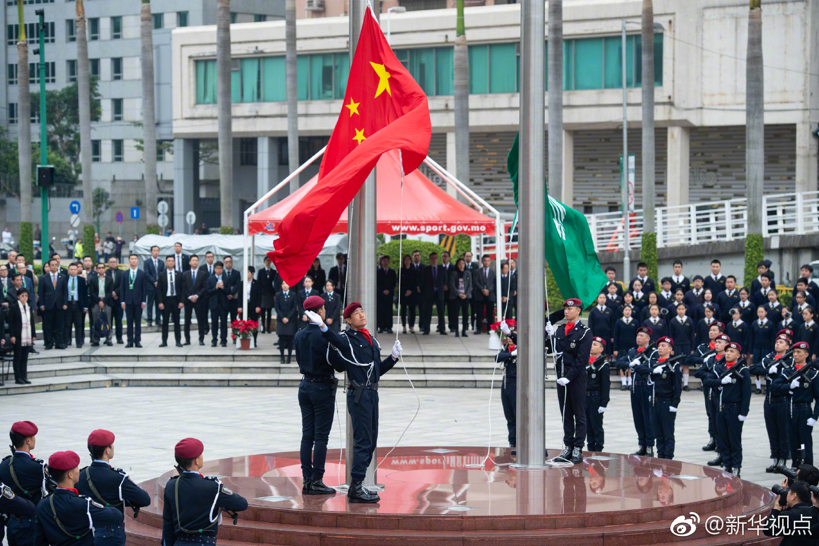 驻澳部队举行升旗仪式庆祝澳门回归19周年 海外网