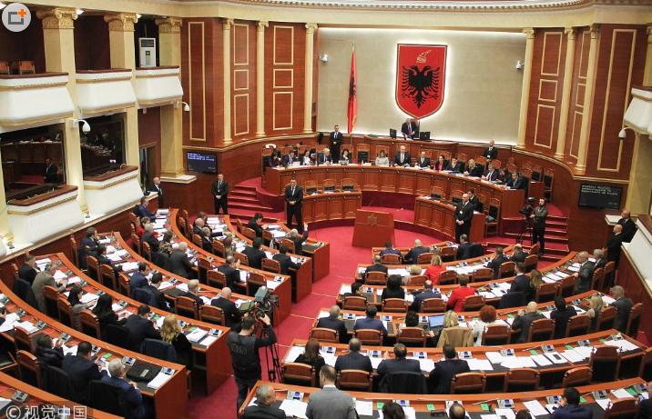 朝总理扔鸡蛋!阿尔巴尼亚议会现骚乱