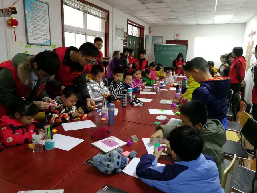 温暖冬日 志愿者为孩子们带来冬至礼物