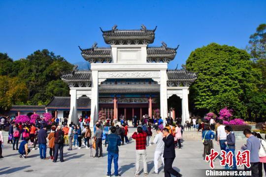 图为广东罗浮山景区游人如织,游客多为家庭自驾出游。 刘艳如 摄