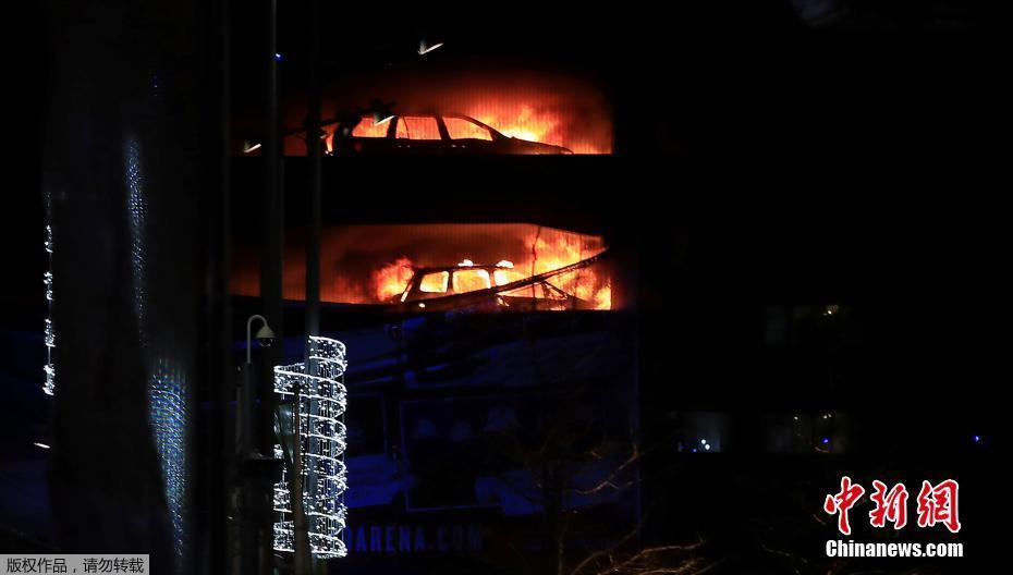 英国利物浦一座多层停车场起火 汽车被烧成空壳