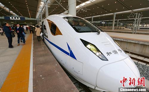 资料图:2017年12月6日早8时22分,D4251次动车组列车离开西安北站向南驶去,西安至成都高铁正式开通运营。<a target=&#39;_blank&#39; href=&#39;http://www.chinanews.com/&#39;>中新社</a>记者 张远 摄