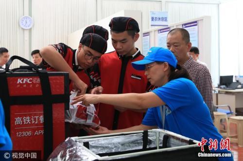 资料图:2017年7月17日,济南,铁路站车服务人员把餐食送到订餐旅客指定的车厢和席位。姜艾勇 摄 图片来源:视觉中国