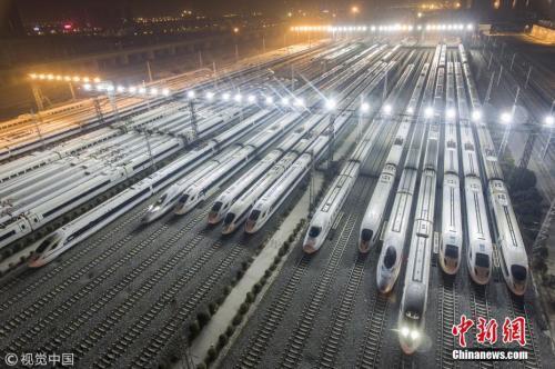材料图:2017年12月5日夜,陕西西安,西安动车段存车线,一列列调和号动车组整装待发接待西成高铁的开通。2017年12月6日,中国首条穿越秦岭的高速铁道——西成高铁将全线开通。 图片根源:视觉中国