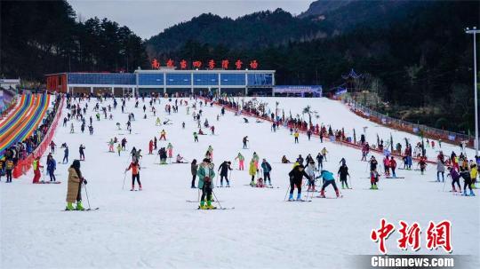 湖北英山南武当滑雪场,众多游客体验滑雪之乐 黄欢 摄
