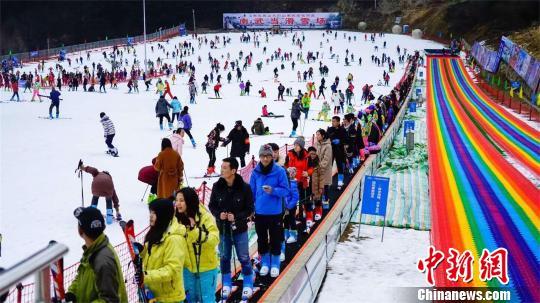 滑雪赏雪游成为湖北元旦假日旅游热点 黄欢 摄