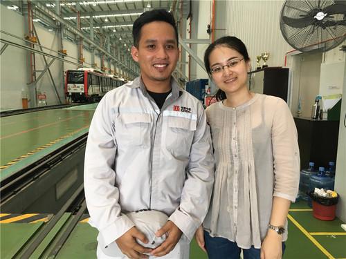 2017年4月,马来西亚霹雳州,中国中车机车车辆生产基地,俞懿春与在基地工作的马来西亚籍员工哈尼夫重逢。.jpg