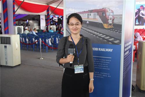 2017年8月,马来西亚彭亨州首府关丹,俞懿春在采访东海岸铁路项目开工仪式。.jpg