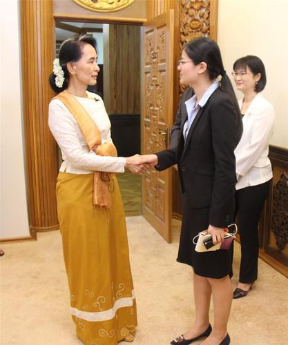 2017年9月,缅甸内比都,缅甸国务资政昂山素季与俞懿春握手交谈。.jpg