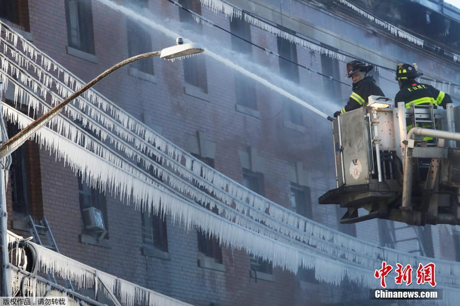 纽约一建筑突发火灾 消防员喷水后身体被冰冻住
