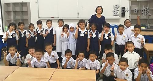 中国侨网学校新生合影 (马来西亚《星洲日报》)