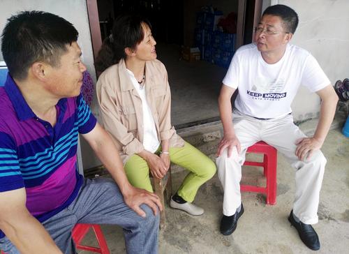 相片说明:邵卫华(右一)回访就业后的余细萍(中)家庭生活情况 (1)