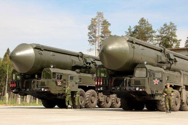 """资料图片:俄罗斯""""白杨""""洲际导弹发射车。"""