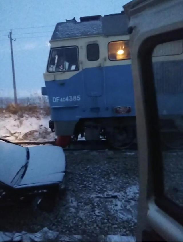 哈尔滨一铁路道口火车与轿车剐碰 致2死3伤