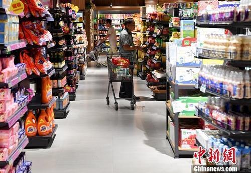 图为民众在福建省宁德市一商场购物。<a target=&#39;_blank&#39; href=&#39;http://www.chinanews.com/&#39;>中新社</a>记者 张斌 摄