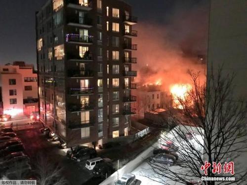 中国侨网资料图,社交网络上网友拍摄的纽约公寓大火现场照片。