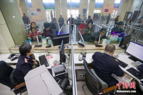 资料图:民众正在购买车票。<a target=&#39;_blank&#39; href=&#39;http://www.chinanews.com/&#39;>中新社</a>记者 张云 摄