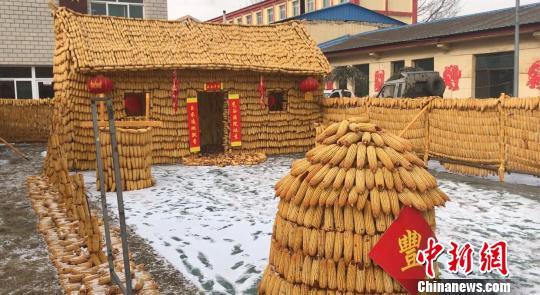 """精致的院门、整齐的院墙、小巧的粮仓和辘轳井全都是由玉米棒搭建而成,更有一幢玉米""""黄金屋""""立于小院之内。 郭飞颖 摄"""