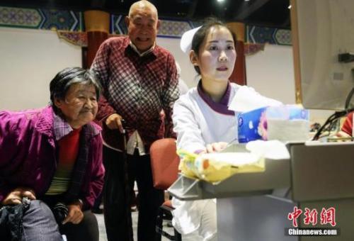 """资料图:重阳节期间,北京发起""""关注老年人营养均衡 快乐健康养老""""的公益活动。 <a target=&#39;_blank&#39; href=&#39;http://www.chinanews.com/&#39;>中新社</a>发 谢云松 摄"""